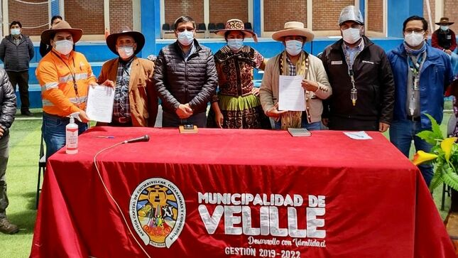 Minera-Las-Bambas-y-autoridades-de-Velille-suscriben-acuerdo.jpg